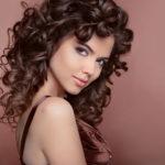 Como fazer cachos em cabelos lisos?
